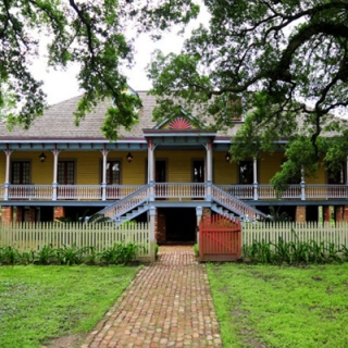 Small Group Tour of Oak Alley and Laura Plantation with Transportation